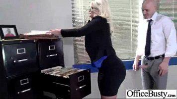 يطلب رئيسها من النار الشقراء الجميلة العمل على الكمبيوتر أثناء ممارسة الجنس