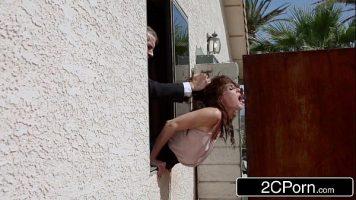 يخرج رأسه من النافذة ويأتي إلى الخلف ويخلع سرواله ليمارس الجنس معها بشدة