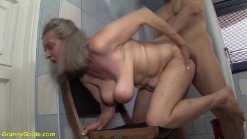 امرأة شقراء ناضجة تقفز بشدة على ثدييها عند ممارسة الجنس في الحمام
