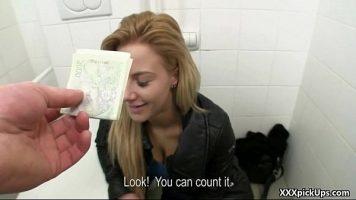 يدخل رقص المرحاض ليقترح اختراقها من الخلف ويعرض عليها مبلغًا