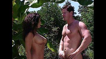 هذه امرأة سمراء تمارس الجنس الفموي مع رجل مشعر جدًا بينهما