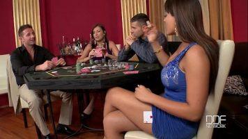 بعد لعبة البوكر ، تخلع هؤلاء الفتيات ملابسهن لممارسة الجنس معًا بشكل مكثف