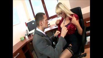 الجنس الشرجي مع شقراء ناضجة في المكتب قبل نهاية البرنامج