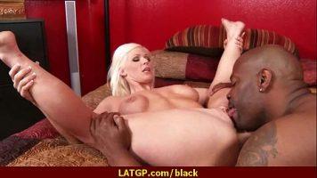 شقراء مع ثديين كبيرين تجلس مع انتشار ساقيها وأخذ ألسنتها في كسها من رجل أسود