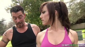 يتم الجمع بين الشابة التي تذهب للركض في الحديقة لممارسة الجنس في المنزل