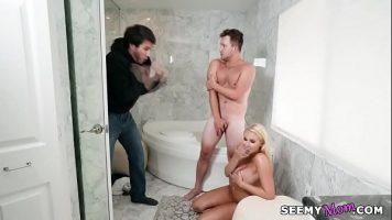 تمارس الجنس مع السباك وتلتقط زوجها عندما يدخل الحمام عن طريق الخطأ