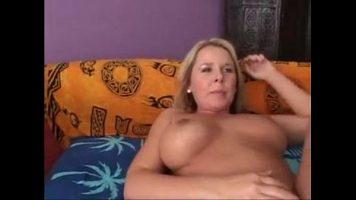 إنها تمارس الجنس مع الكلبة بين ثديها ولا تتركها حتى تشعر بحالة جيدة