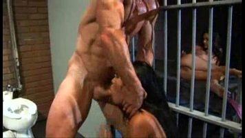 الجنس المتشددين في زنزانة السجن حيث تأخذ امرأة سمراء الأمر صعبًا