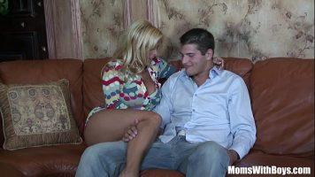شقراء ناضجة مع كبير الثدي الذي يمارس الجنس معها مع شاب يريد العبث معها