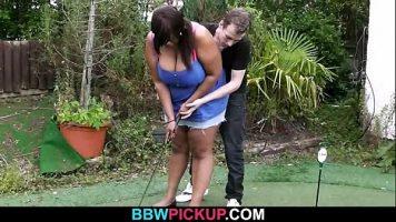 علم هذه المرأة السوداء كيفية لعب الجولف ثم جربها