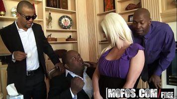 مجموعة من السود تدخل كس هذه المرأة الشقراء الناجحة ذات الصدور الكبيرة
