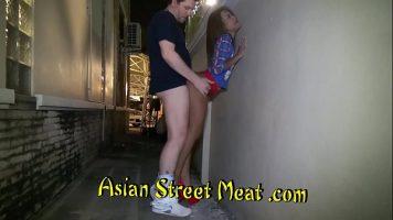 امرأة آسيوية شابة جميلة جدًا تتسلق عالياً في أعقاب استغل من قبل رجل