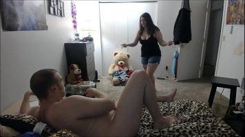 هذا الهرة السمراء السمراء قديمة الطراز لكنها تحب ممارسة الجنس الشاق عندما