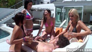 تجمع الجنس مع العديد من الفتيات الجميلات اللواتي يرغبن في النشوة الجنسية