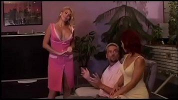 شقراء ناضجة مع ثديين كبيرين يضاجعها مع رجل قوي يقوم بها