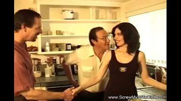 امرأة سمراء ناضجة مع ثدي صغير يتم إرسالها بالبريد من قبل العديد من الرجال الذين يريدون ذلك