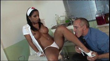 امرأة سوداء مثيرة ترتدي زي ممرضة تطلق النار عليها بشغف مع طبيب أمراض النساء