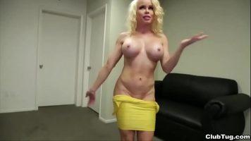 شقراء مثيرة مع ثديين كبيرين جدا يخلع ملابسه ويدفئ شريكها
