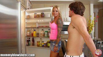 تقدم وجبة الإفطار كل صباح فقط لقضيب صديقتها