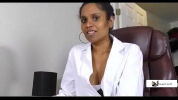 المرأة السوداء التي ترتدي زي طبيبة وتفاجئ شريكها الذي يعرضها عليها