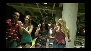 الفتيات متحمسات للغاية عندما يمشين في مجموعة في منتصف الليل ويتبعن