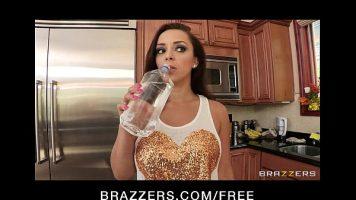 تستهلك الفتيات الكثير من الماء قبل أن يبدأن في خلع ملابسهن