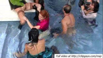 حمام سباحة فاخر مع العديد من ميلف الجميلة المتاحة لأي رجل
