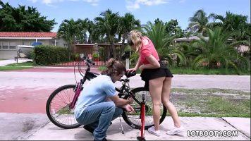 الشقراء التي تعطلت دراجتها والرجل الذي يساعدها يأخذها إلى المنزل لممارسة الجنس معها