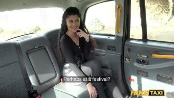 ميلفا بقطع جميلة وكبيرة تسافر بسيارة الأجرة وترتدي جوارب طويلة بدون سراويل داخلية عليها