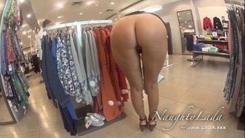 تمشي في كسها العاري من خلال متجر لبيع الملابس وتتحدى العملاء لممارسة الجنس مباشرة