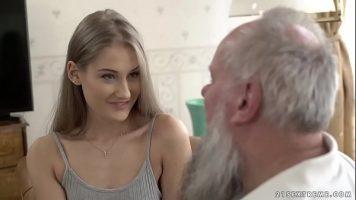 شقراء مع ثدي صغير يمارس الجنس مع رجل عجوز غني يعطيها الكثير من المال
