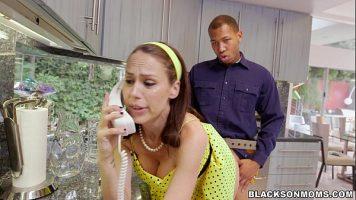 امرأة سمراء مثيرة تتحدث على الهاتف ويتم اختراقها من الخلف من قبل السباك
