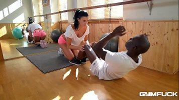 مدرب لياقة يمارس الجنس في صالة الألعاب الرياضية مع رجل أسود مجهز جيدًا