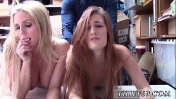 يريد رجل يرتدي قميصًا أزرق أن يمارس الجنس مع امرأتين صغيرتين تجلسان على قيعانهما العارية