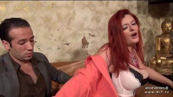 يريد العميل الطنان ممارسة الجنس الشرجي مع أحمر الشعر الناضج لكنها تقبل