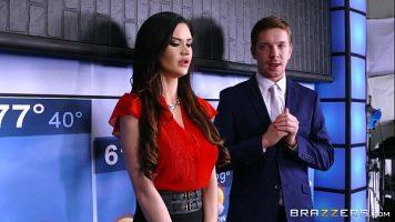 سمراء هي مقدمة برامج تلفزيونية وتريد ممارسة الجنس عندما يكون لديها عرض