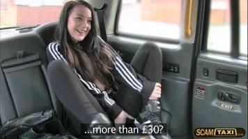 امرأة سمراء ترتدي ملابس رياضية وتذهب بسيارة أجرة ولأنها لا تملك ما يكفي من المال
