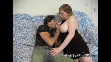 هذه المرأة الشقراء ممسكة من الخلف عندما يمارسها شريكها في الفم