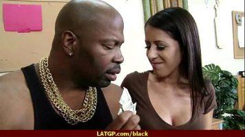 هذا الرجل الأسود يشعر بالارتياح مع امرأة شابة ذات مؤخرة صغيرة