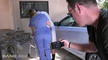 تميل مقدمة الرعاية للمريض إلى ممارسة الجنس لذا تخلع ملابسه