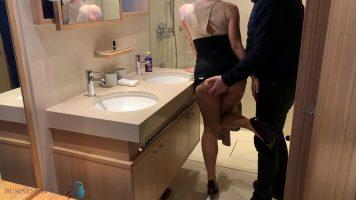 هذا كس شقراء ينتشر ساقيها في الحمام بينما رجل جدا
