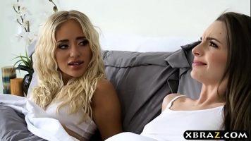 تخلع السحاقيات ملابسهن لممارسة الجنس مع بعضهن البعض في غرفة النوم حتى شريكهن في الغرفة