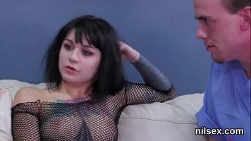 فتاتان موشومتان تمارس الجنس مع رجلين