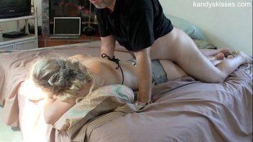 الشقراء ذات القاع المنتفخ تنام ويأتي شريكها ويمارس الجنس