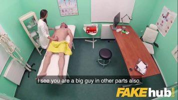 مثير ممرضة استمناء على رجل مستلق على ظهره