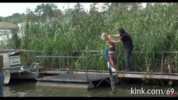 شقراء شابة وضعت على متن قارب مارس الجنس من الصعب