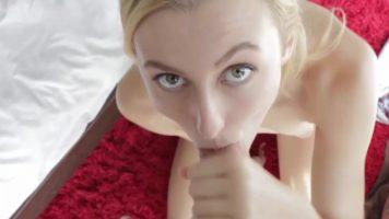 وقحة شقراء مع الثدي الصغيرة تريد ممارسة الجنس البرية وامتصاص الديك