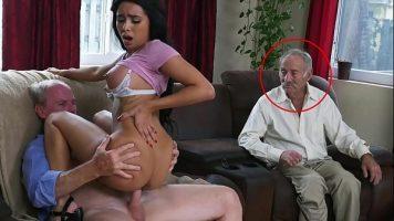 شابة سمراء منحرفة تمتص الديك وتمارس الجنس مع رجلين