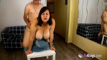 امرأة ذات ثديين كبيرين تدفع للرجل لممارسة الجنس