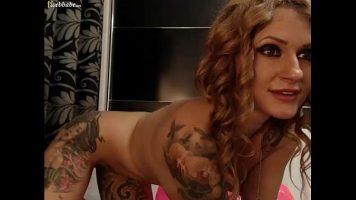 شابة رائعة ذات ثديين كبيرين تظهر جسدها على كاميرا الويب